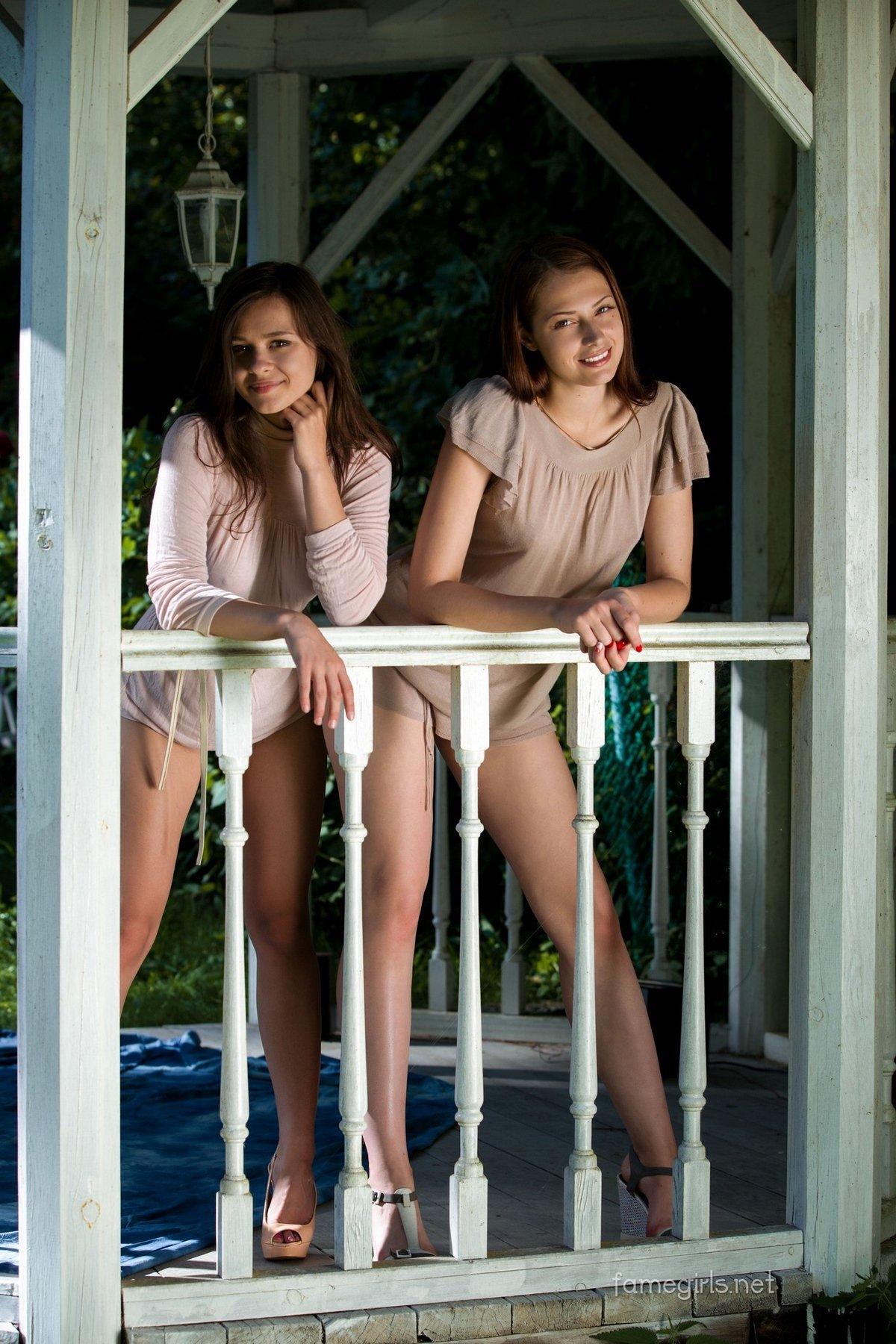 Две совершеннолетние обнаженные девки в беседке