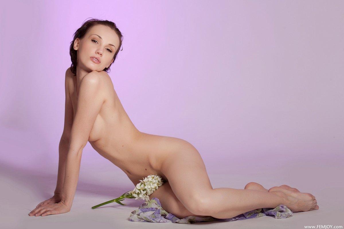 Девушка с букетом цветов и без трусиков