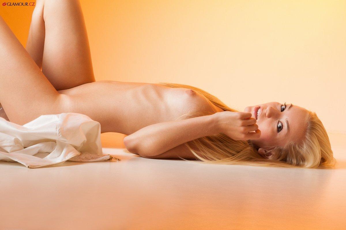 Неимоверная светловолосая девушка Tereza с изящными волосами