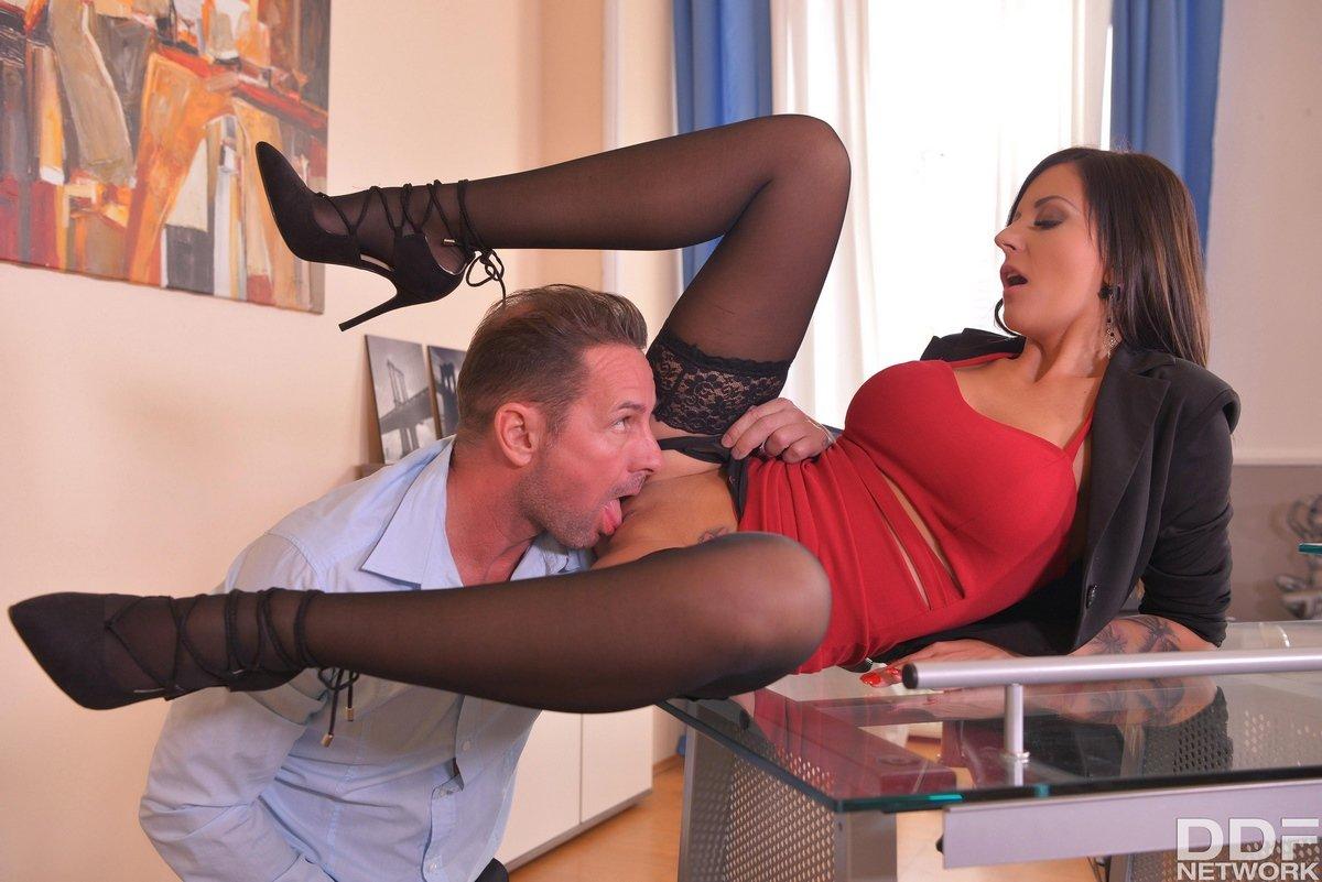 Секретарша в чулках секс в офисе