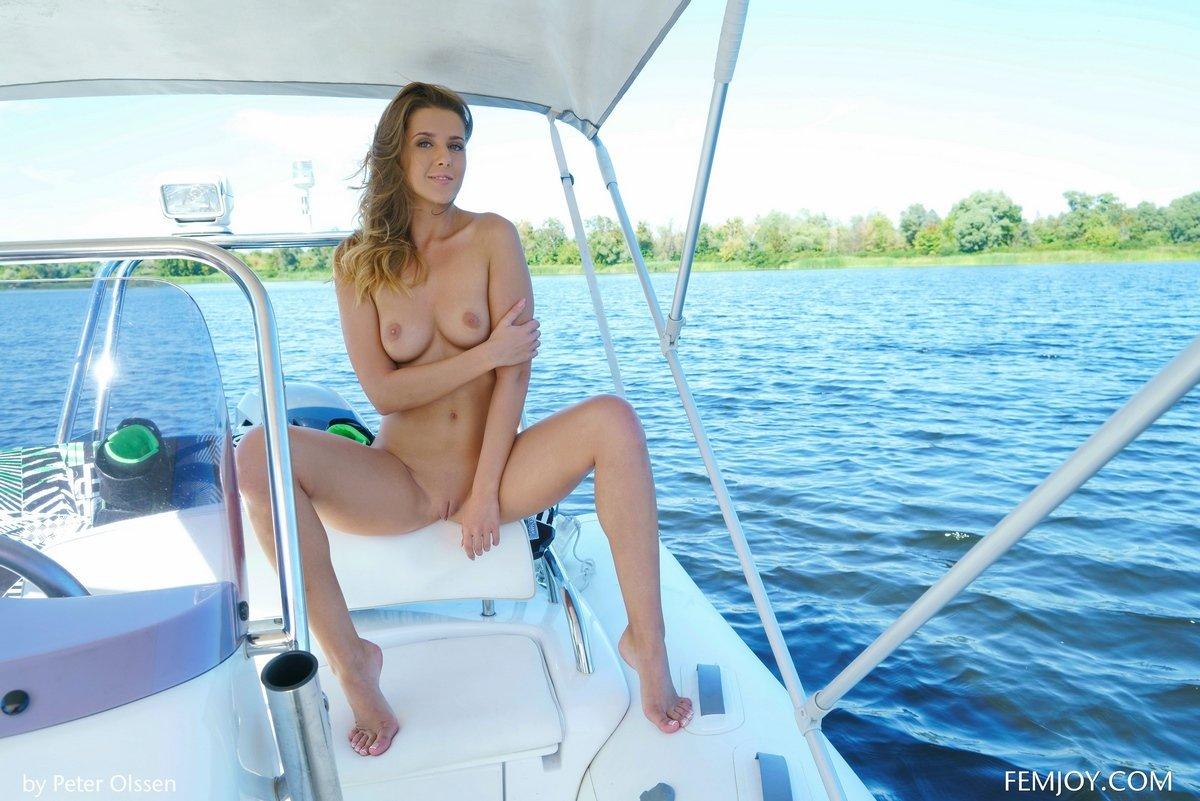Снимки обнаженной кошечки на яхте