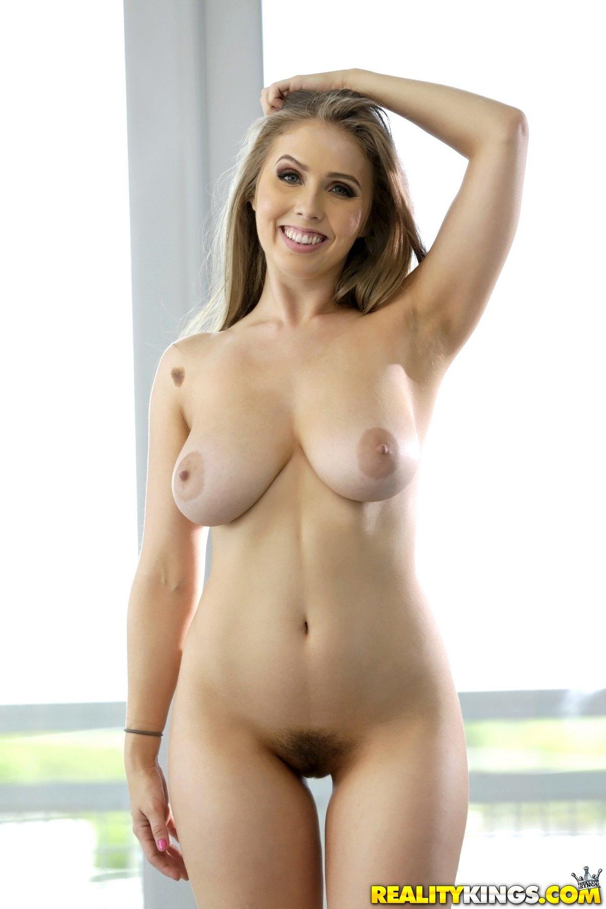 Похотливая блондинка лижет классная грудь смотреть эротику