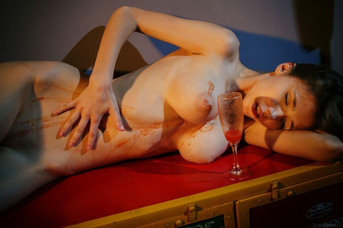 Девка с шикарной грудью показала розовую киску