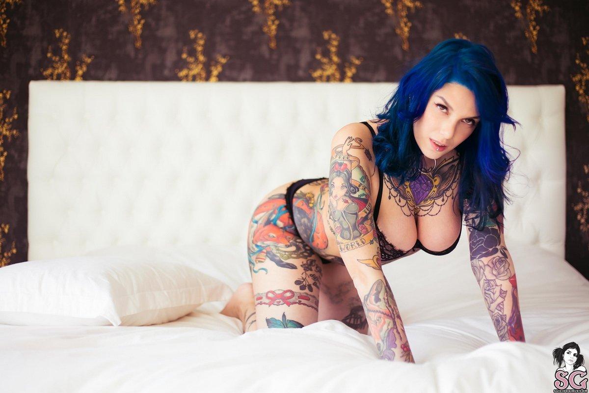 Чика с синими волосами и горячими наколками