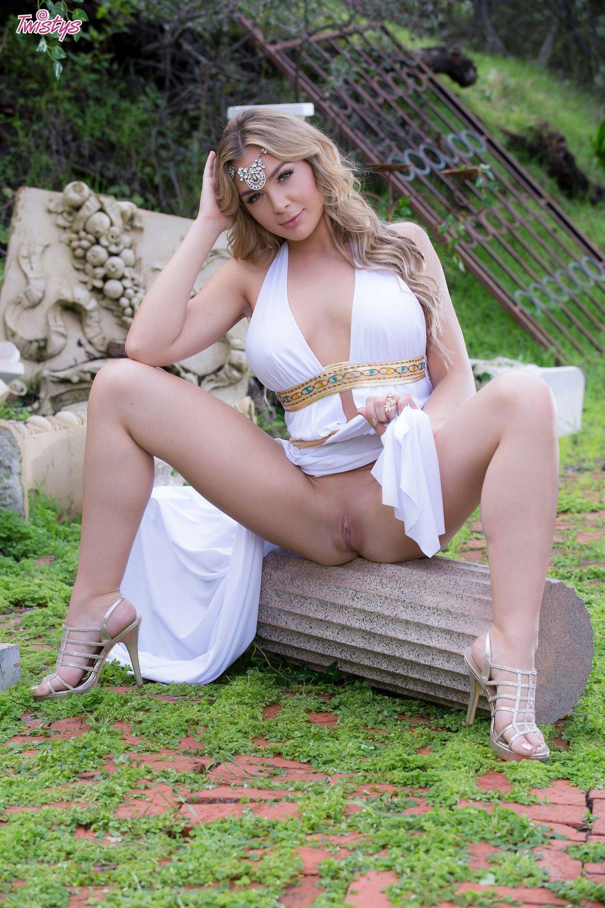 Обнаженная блондиночка с идеальным туловищем среди развалин