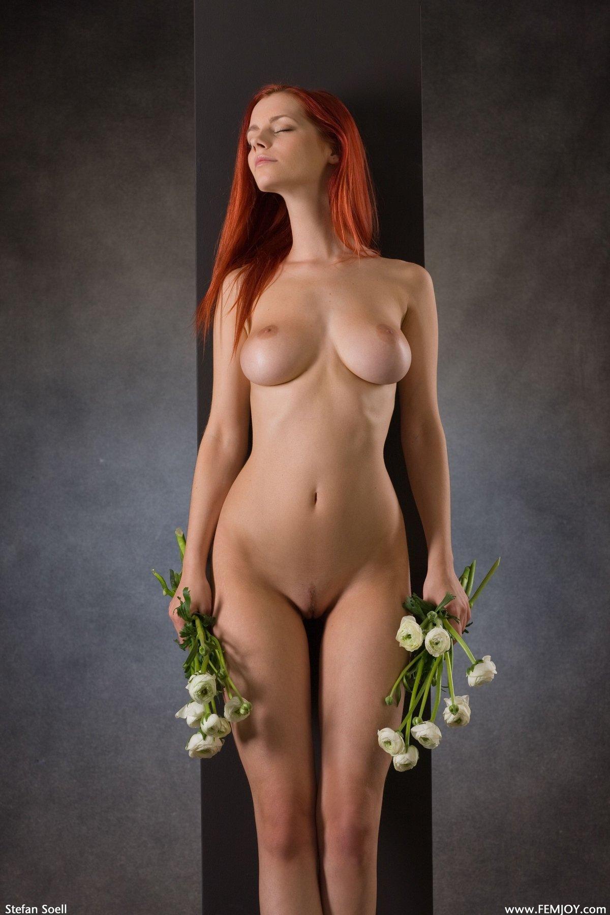 Девка с роскошной фигурой и прекрасными волосами