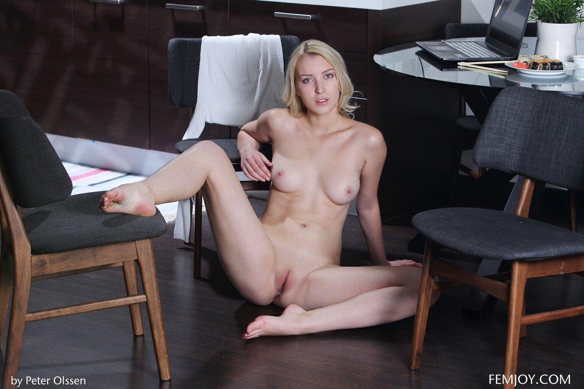 Голая блондиночка ест суши на кухне смотреть эротику