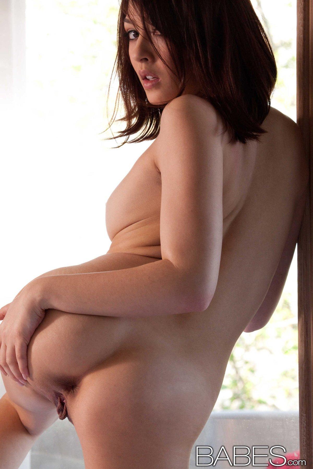 Шлюшка с жирными губками медленно снимает стринги смотреть эротику