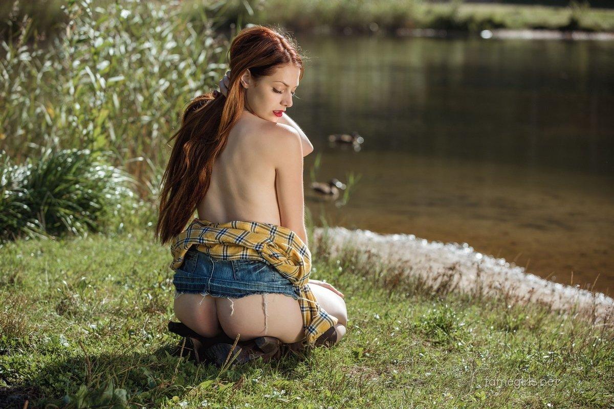 Isabella без бикини вблизи от реки