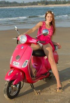 Голая на скутере девушка фото 404-870