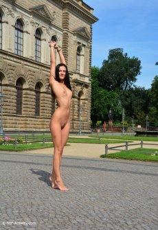 Голая девчина гуляет в соответствии с городу