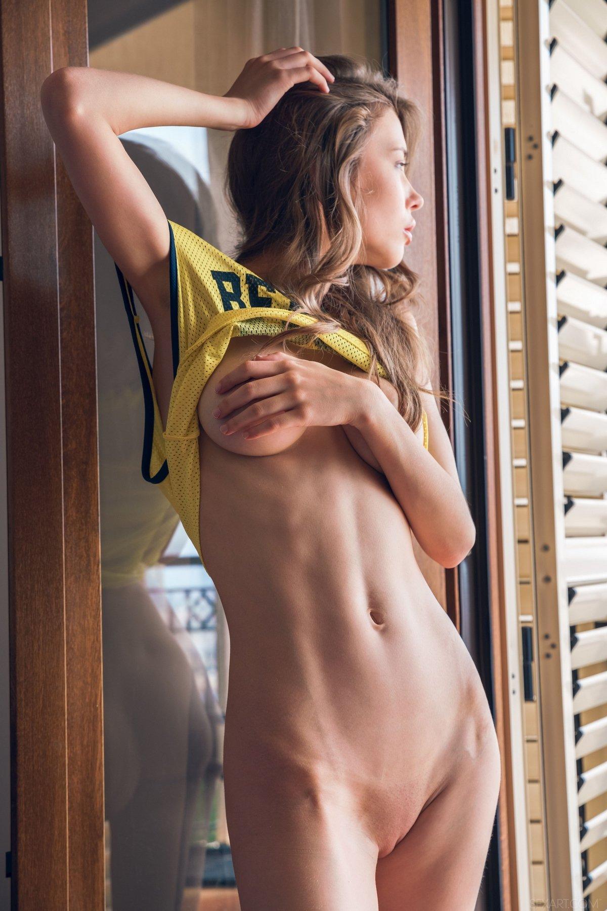 Обнаженная красавица Mila на балконе