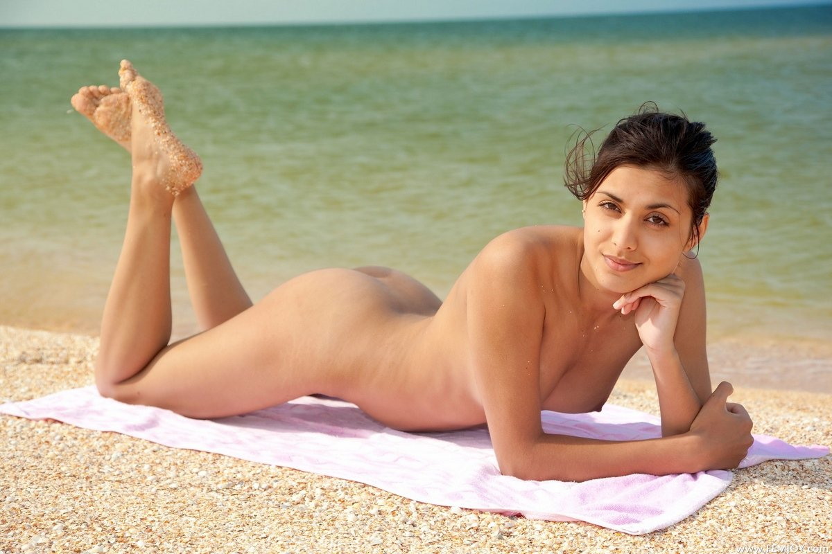 Блядь плескается в теплой морской воде голая