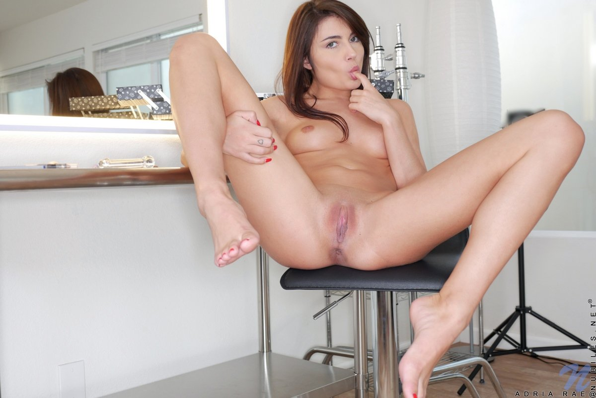 Молодая девушка мастурбирует перед зеркалом