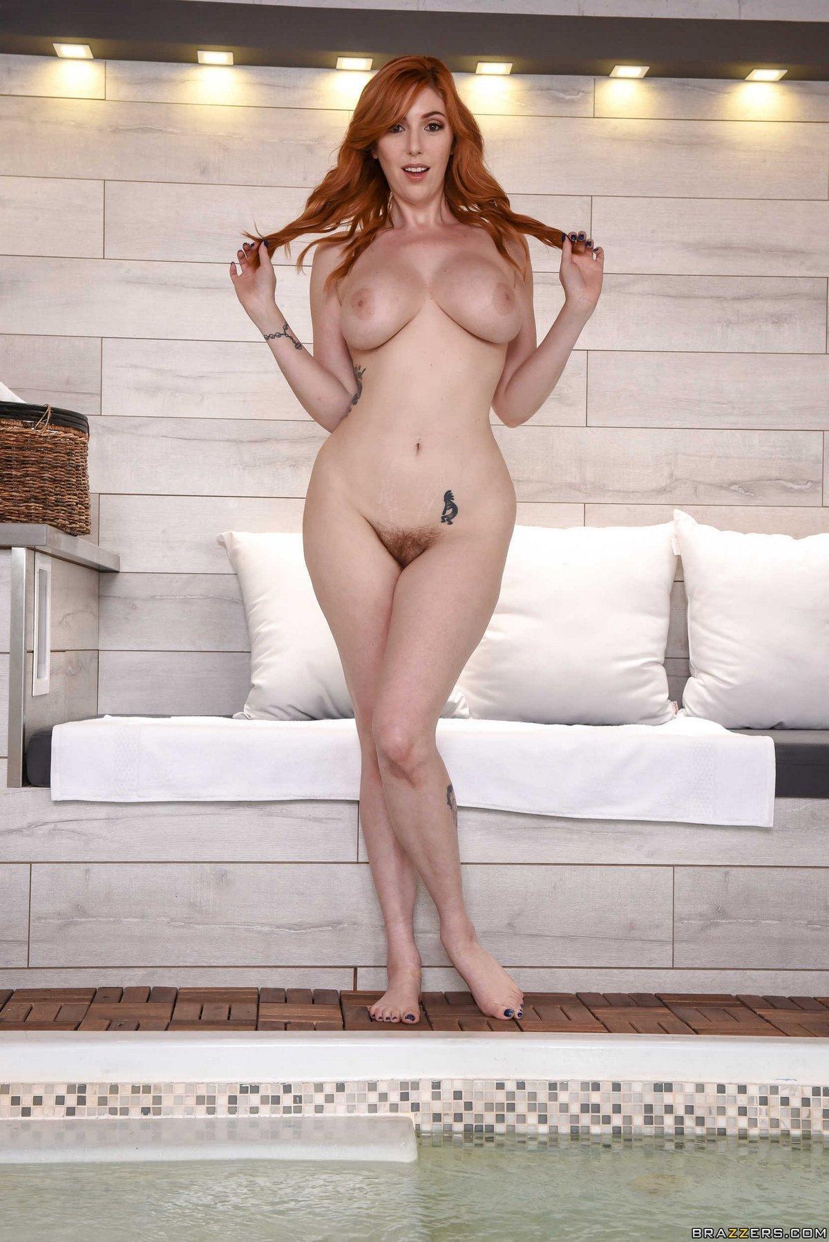 Барышня продемонтстрировала хорошенькое обнаженные сиськи секс фото