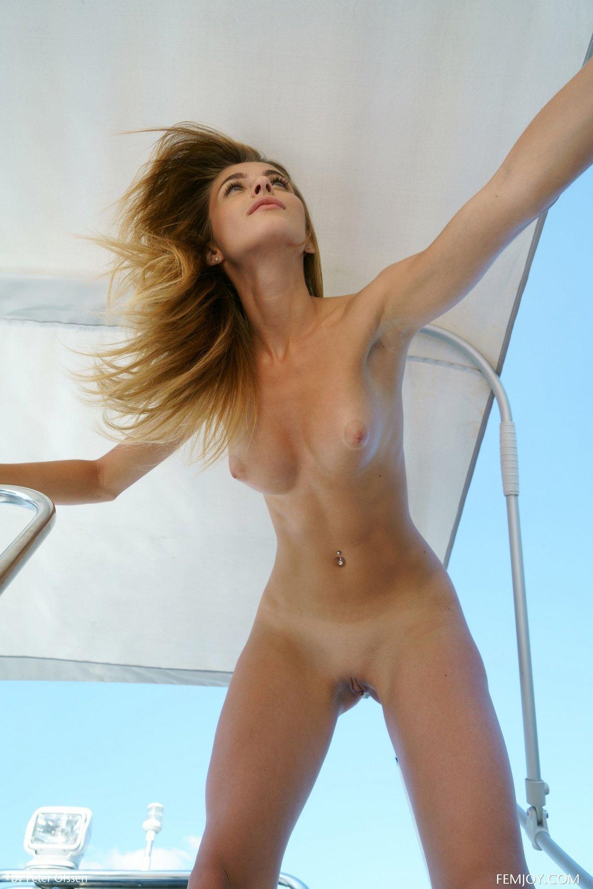 Чика скинула купальник на яхте смотреть эротику