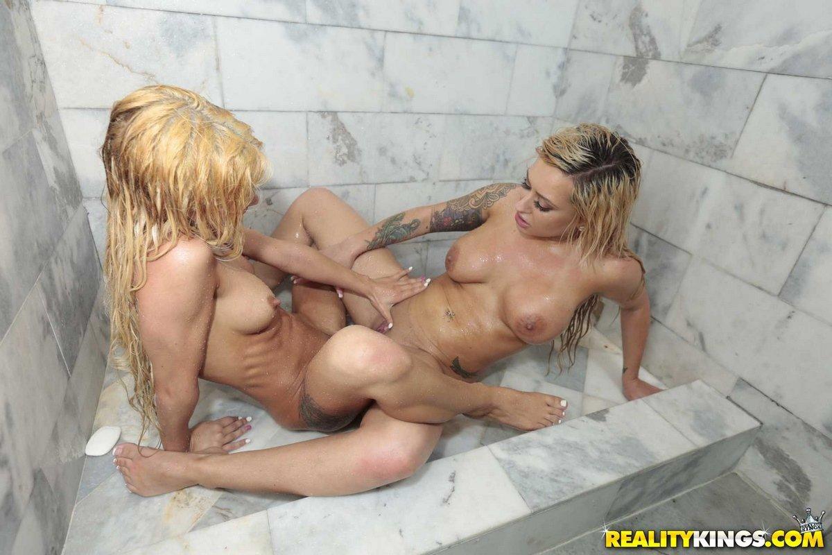 Мокрые лесбиянки развлекаются в душе