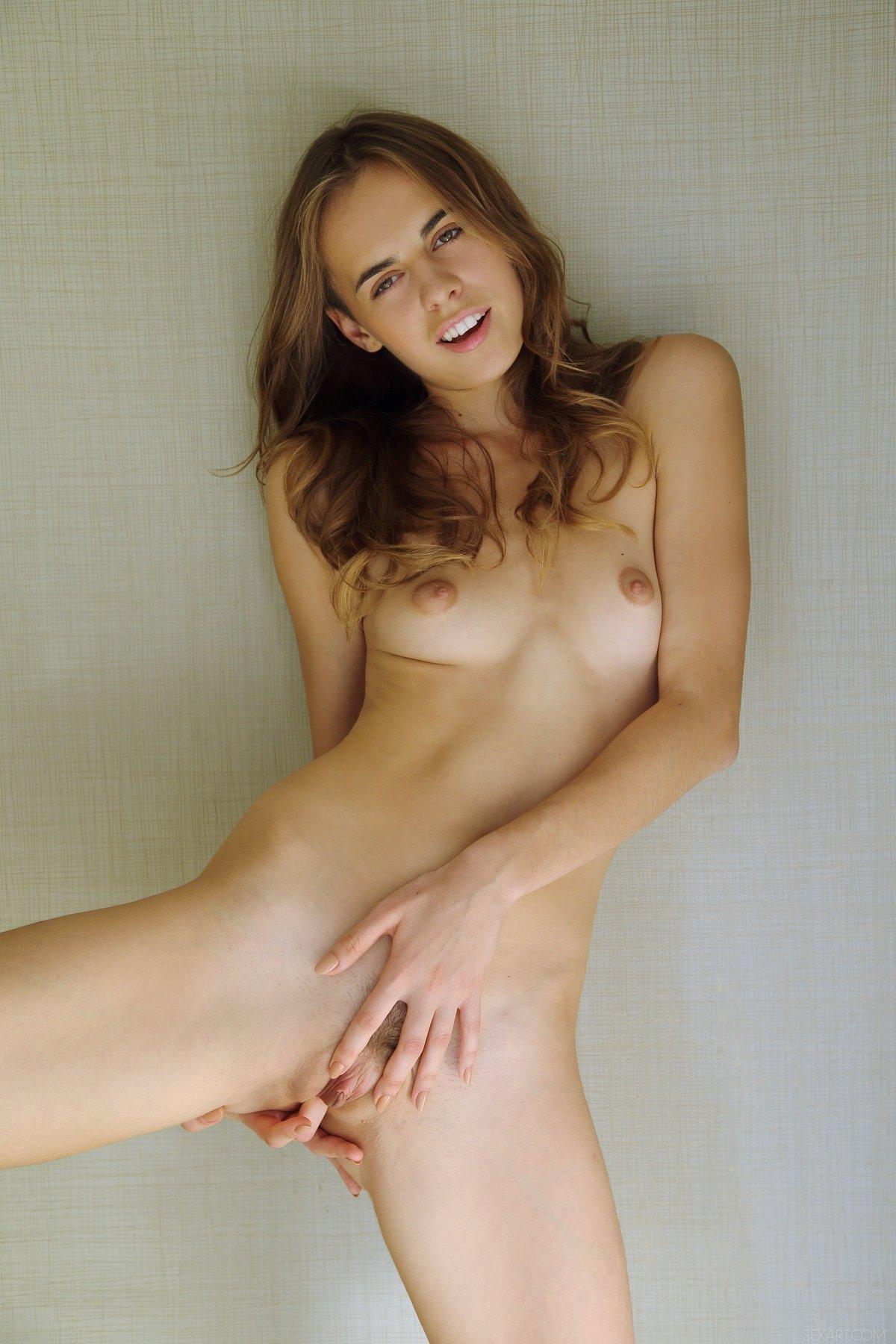 Интимные картинки нагой блондинки с крохотными сиськами