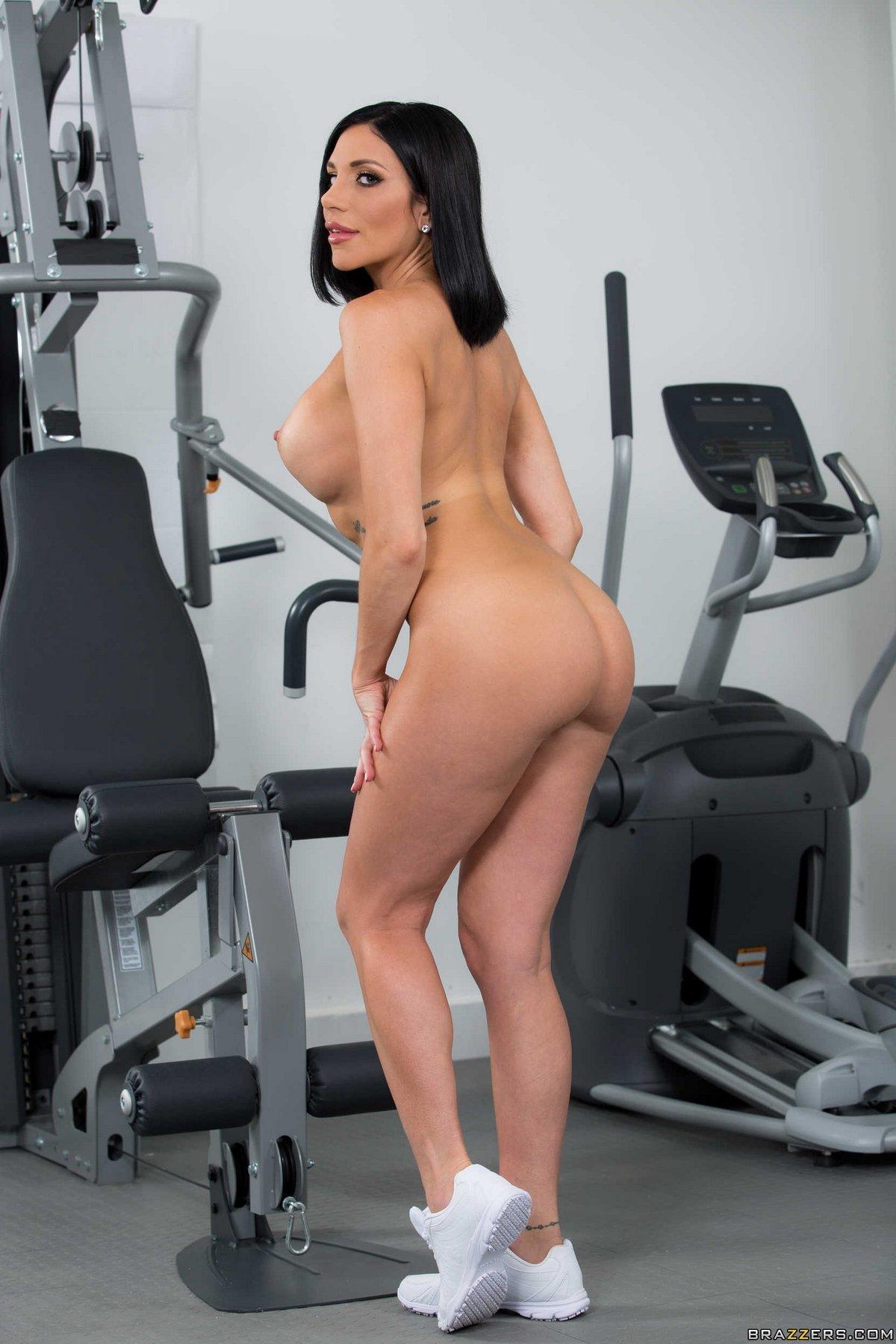 Голая брюнеточка занимается в спортзале секс фото