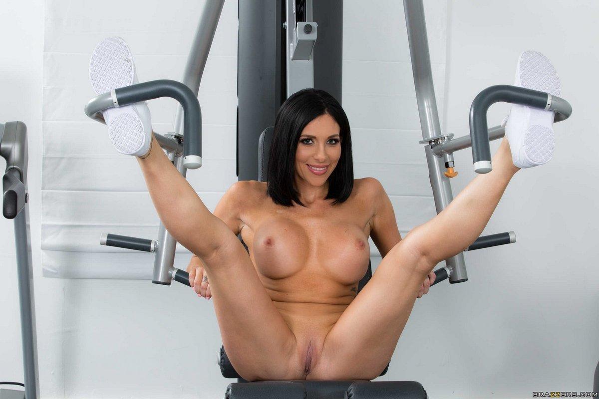 Голая тёмненькая занимается в спортзале