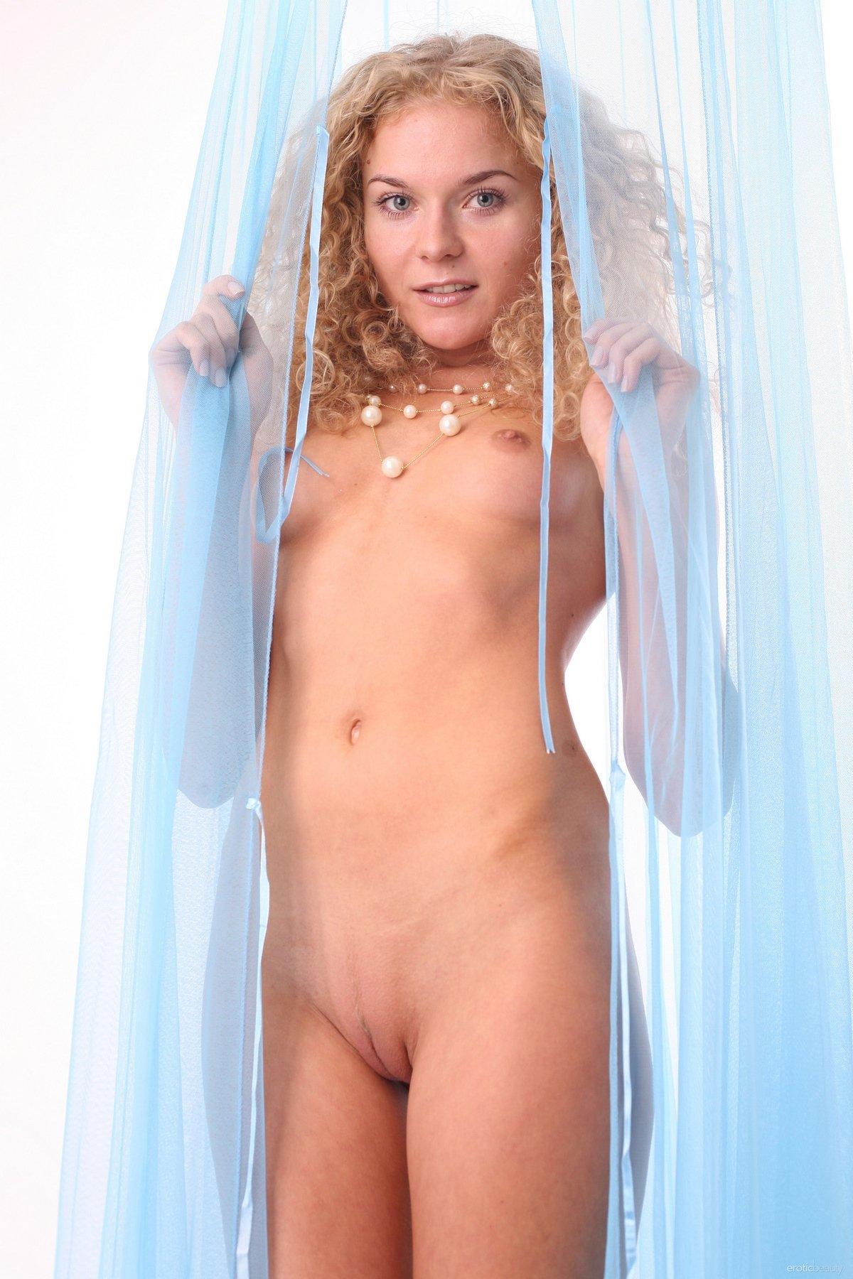 Нагая леди Olima с золотистыми волосами секс фото