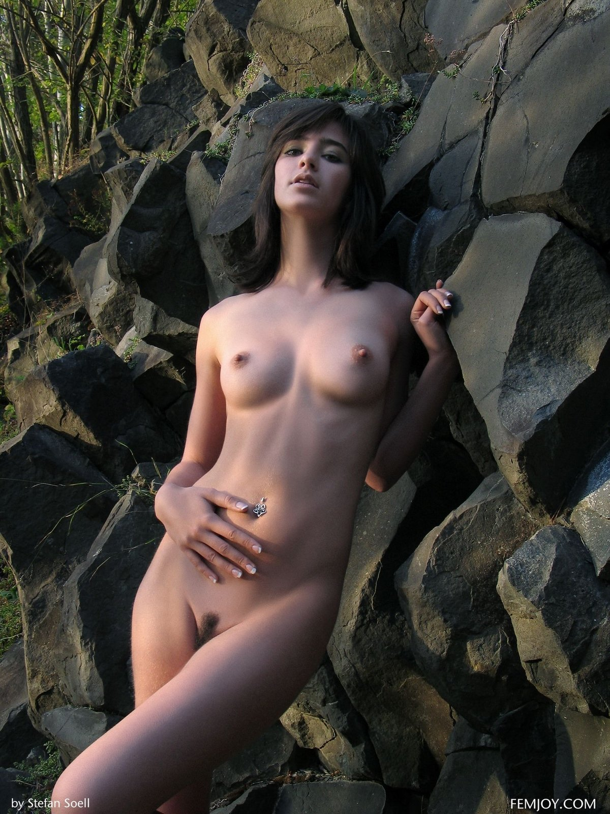 Секс-фото раздетой девки у скалы