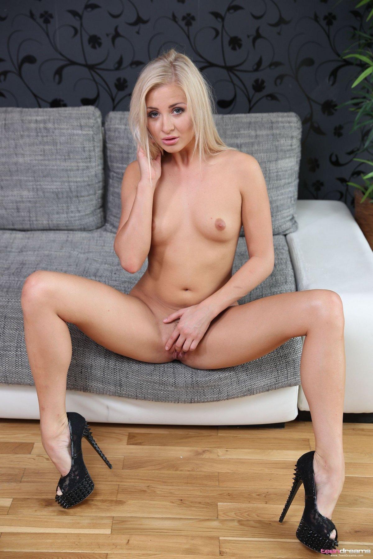 Худенькая блондинка сняла шортики