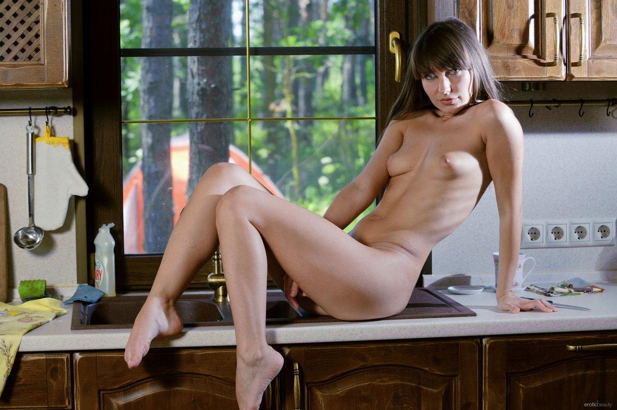Голая шатенка показала бритую киску на кухне