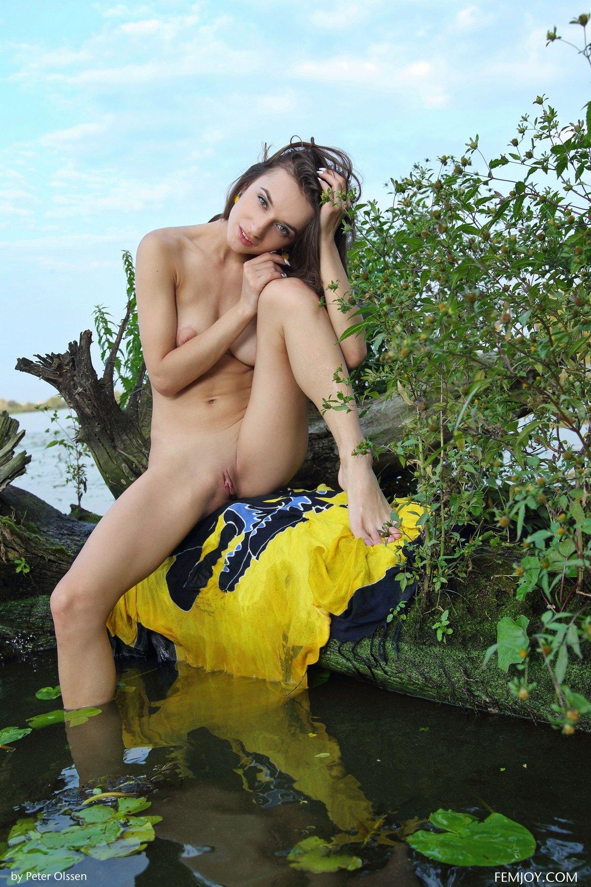 Фото ню 18-летней девки недалеко от пруда