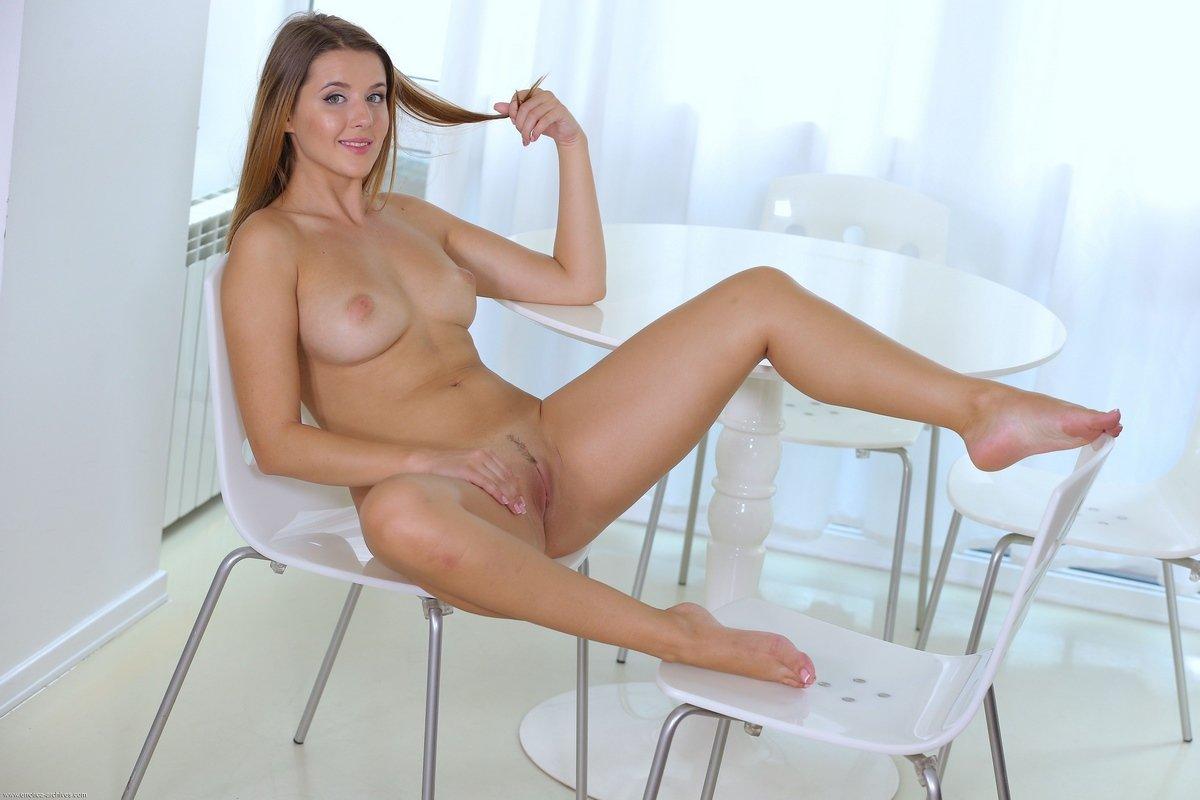 Голая модель Sybil A за столом