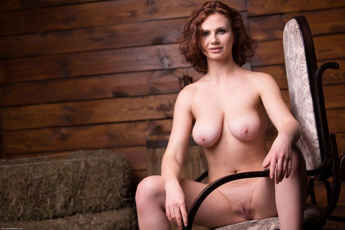 Классные буфера голой мамочки с рыжими волосами