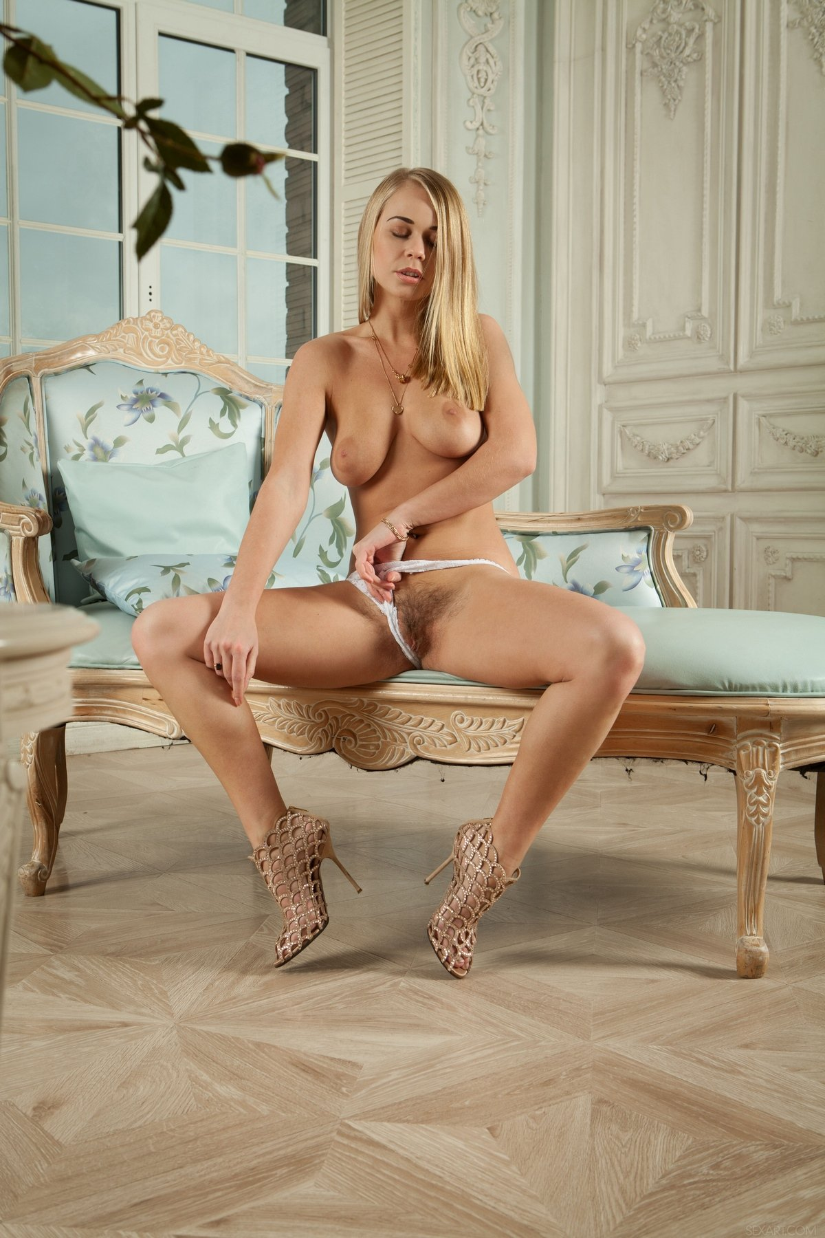 Красотка блондинка показала небритую киску