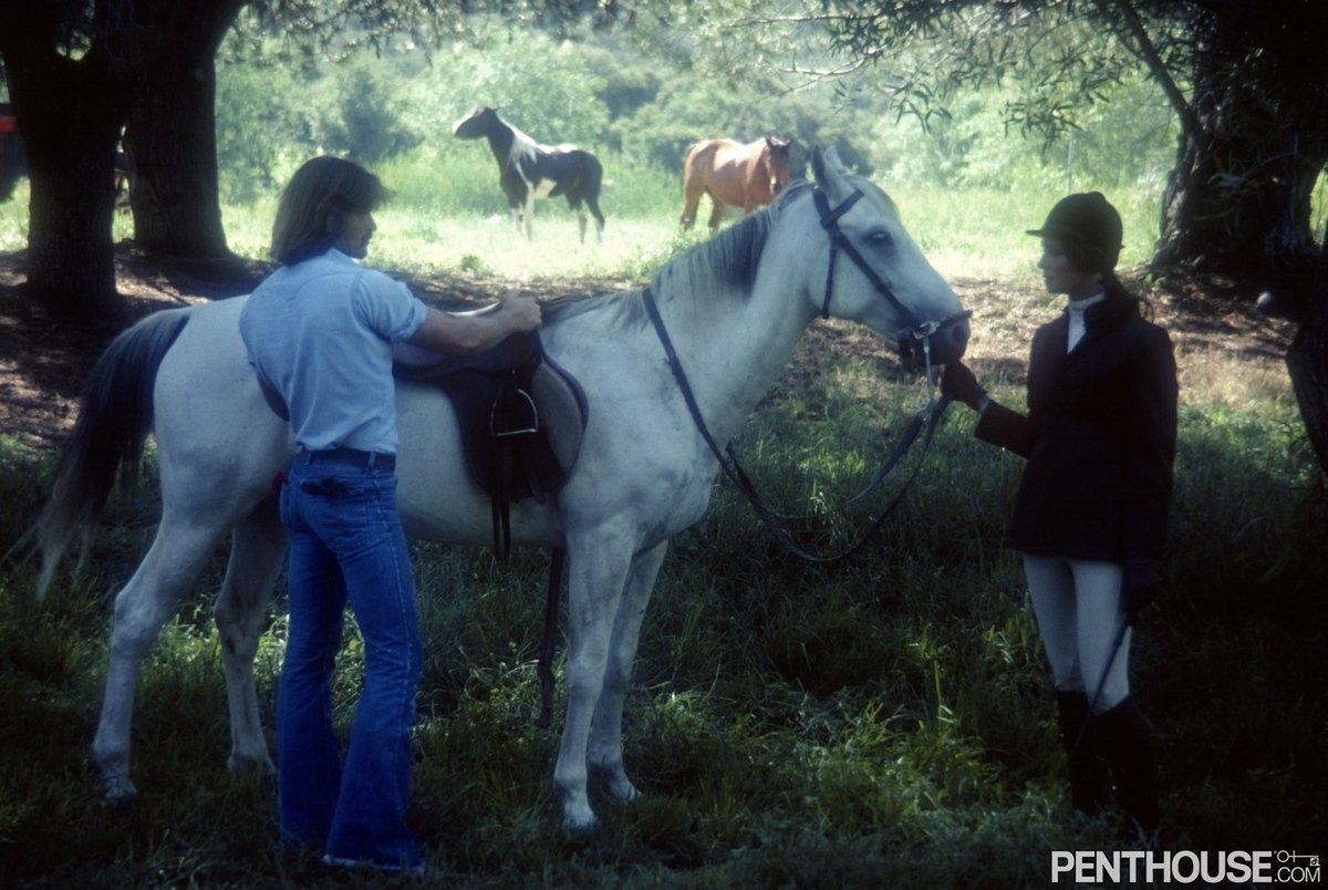 Эротика мужчины и женщины на конной прогулке