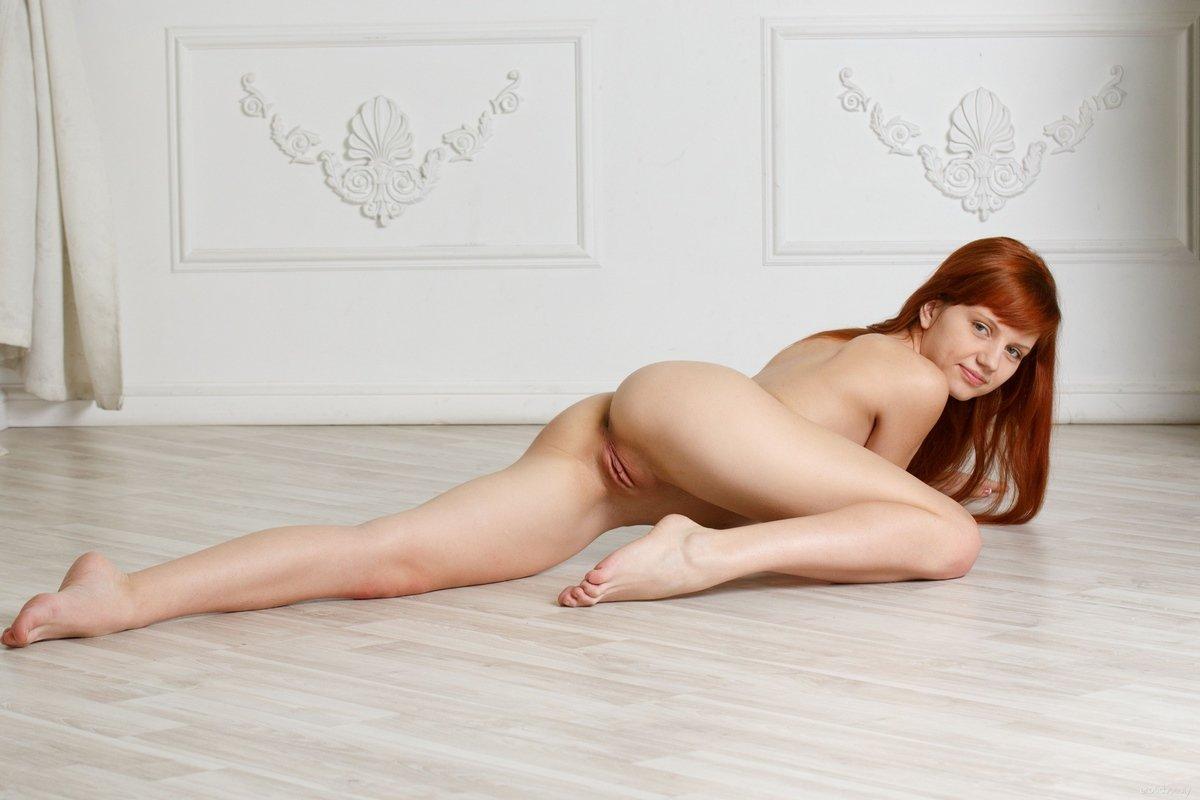 Милашка с длинными рыжими волосами голая на полу