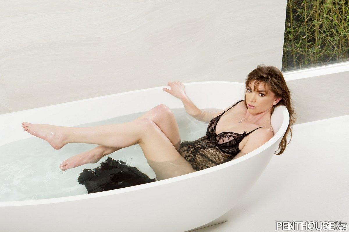 Niki Skyler снимает кружевной боди в ванной