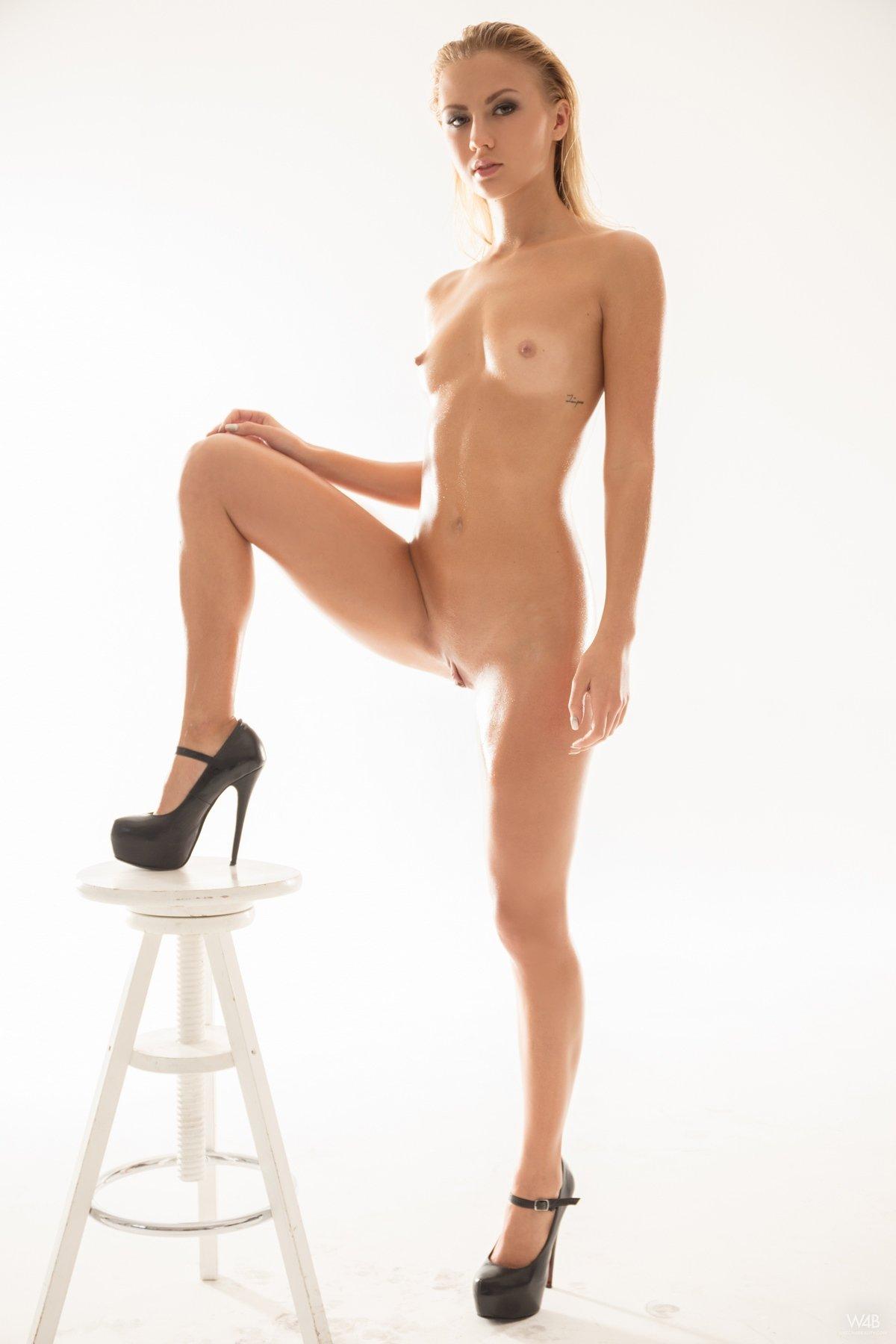 Красивые длинные ноги блондинки Jati Oiled