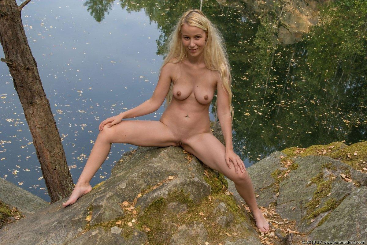 Красивые фото ню блондинки на берегу пруда