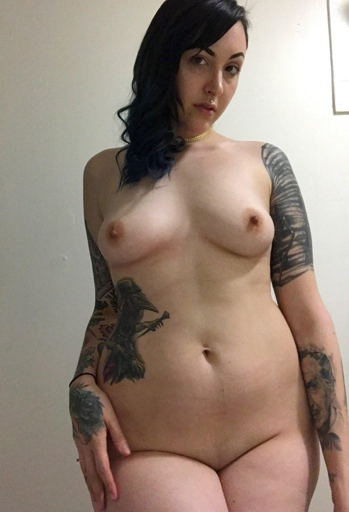 Порно брюнетка с татуировкой над попой