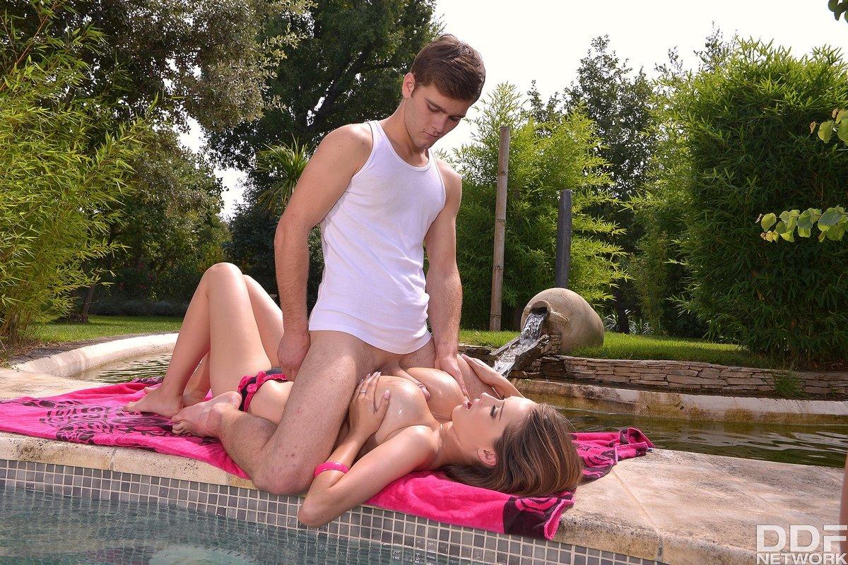 Красивый секс в укромном месте чувихи с шикарными грудями смотреть эротику