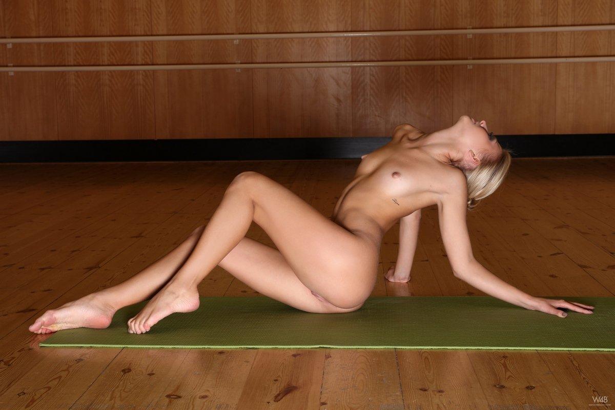 Голая блондинка гимнастка показала стройное туловище в различных позах