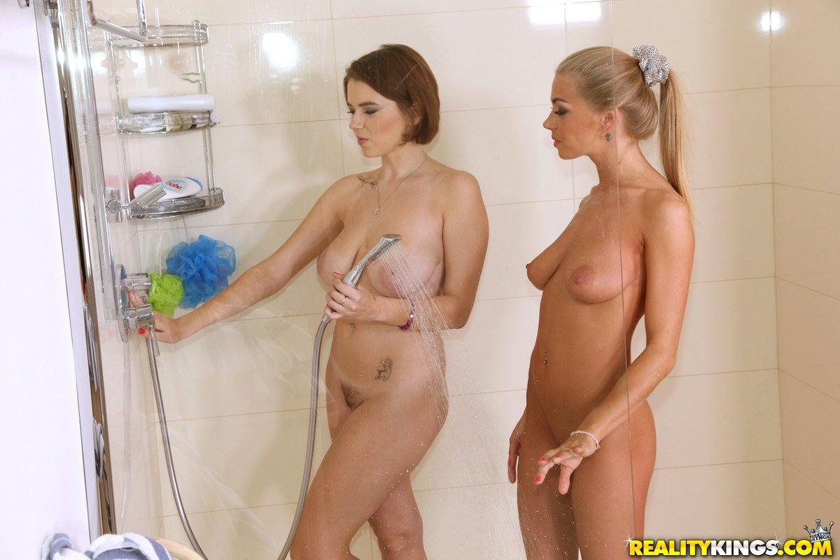 2е привлекательные девахи в ванной