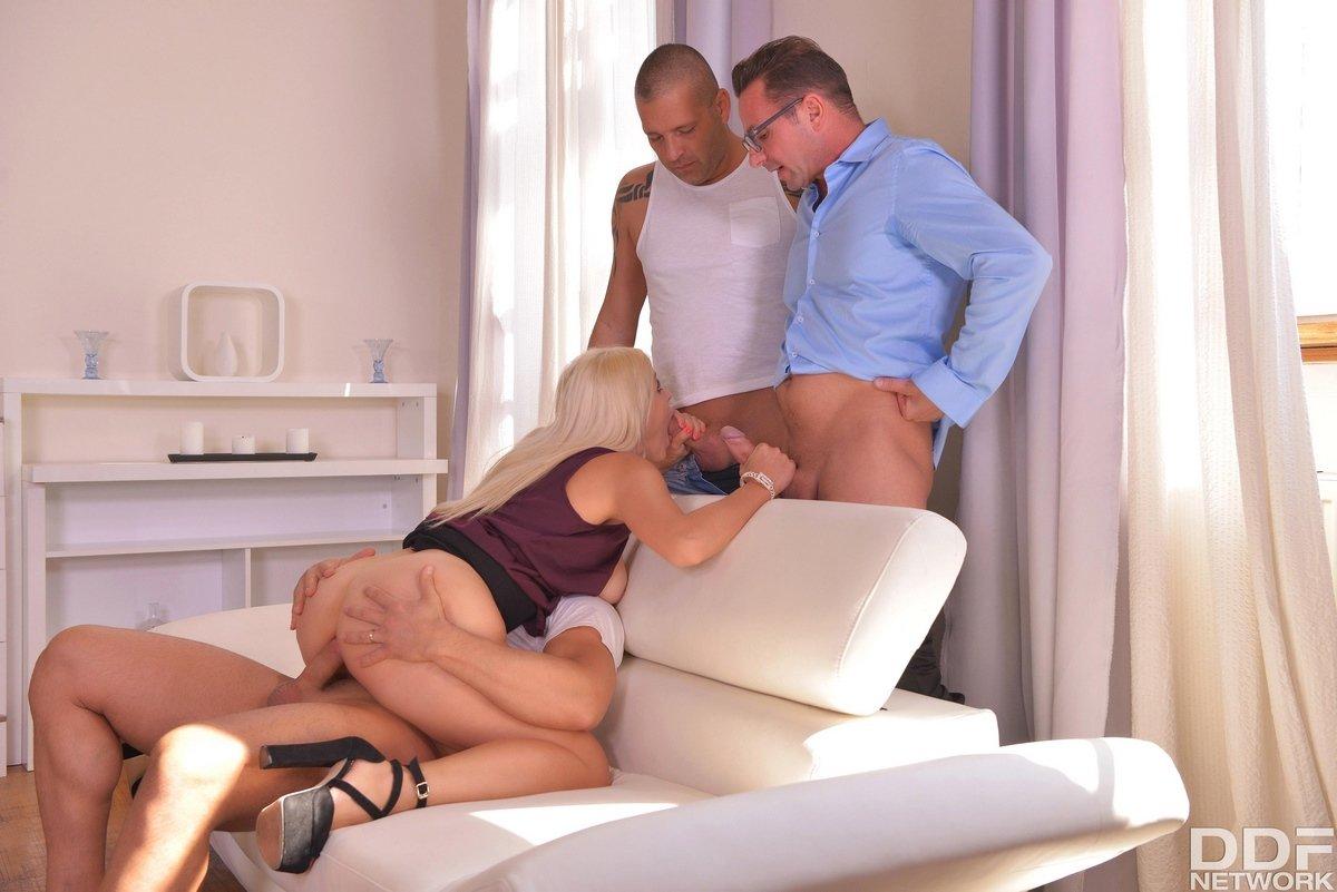 Грудастая секретарша сделал минет двумя парням в офисе