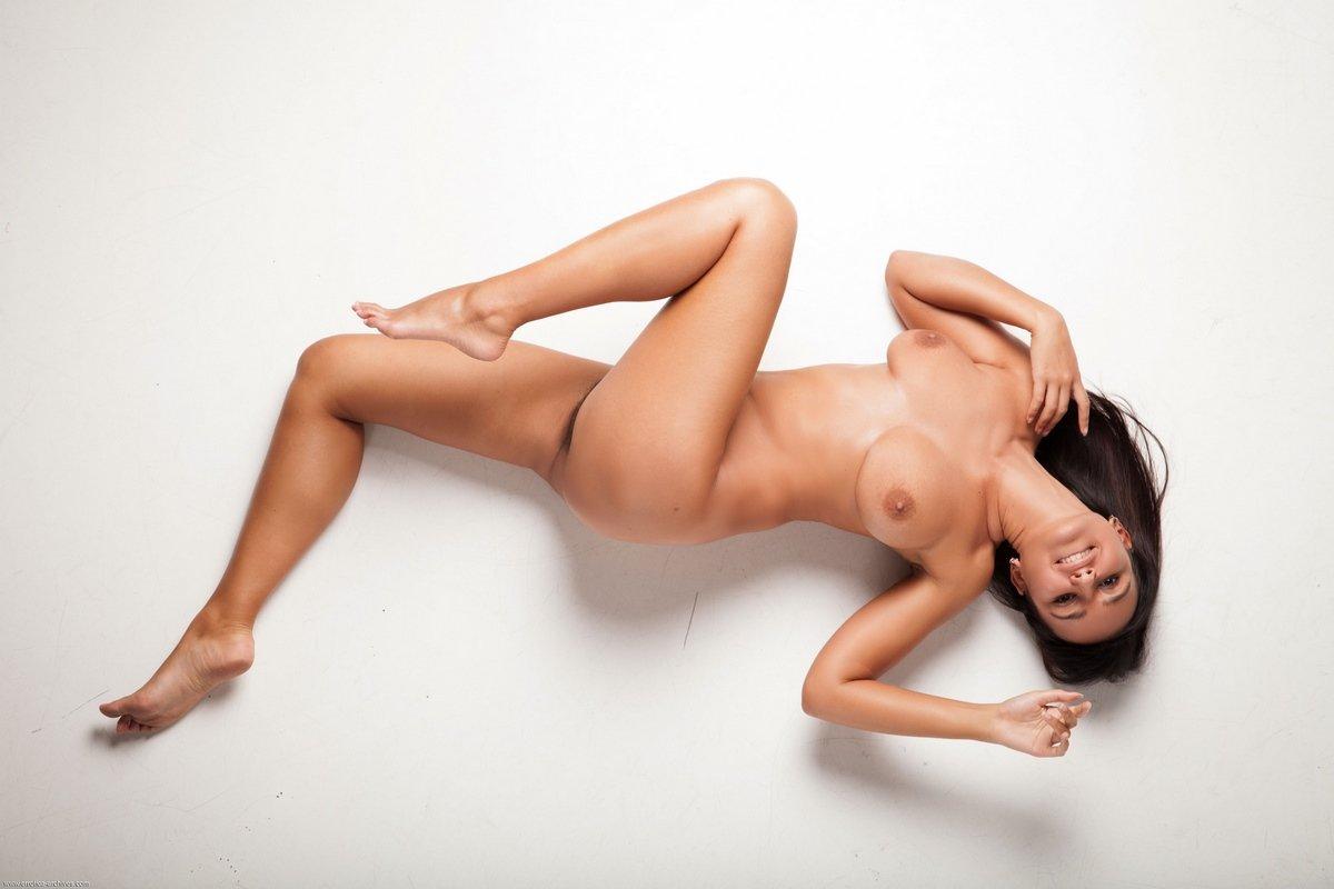 Sanita модель с небритой киской