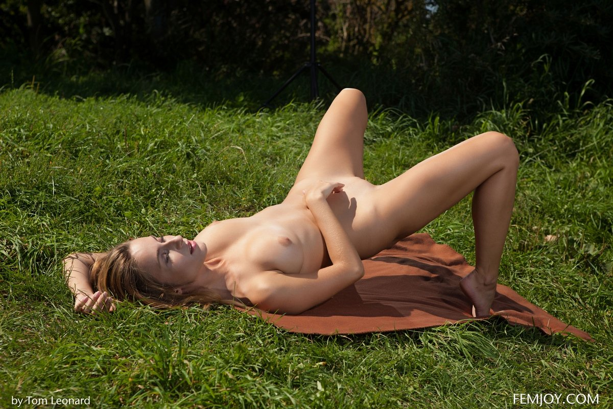 Женщина с классной попкой на зеленой травке