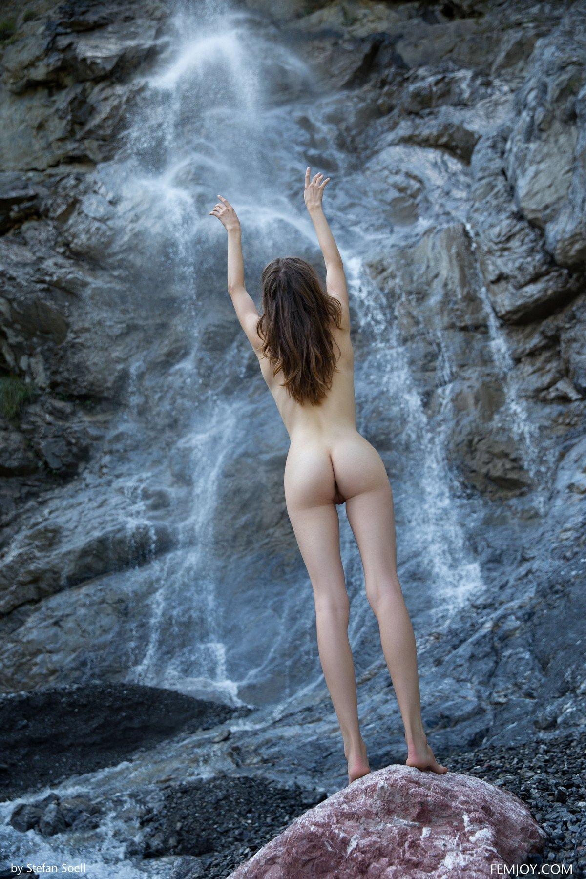 Красивые фото ню голой девушки у водопада