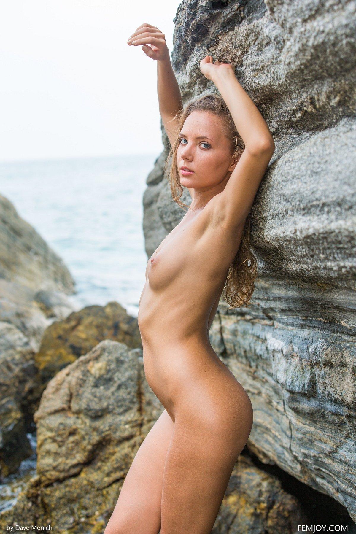 Красавица Clover на камнях у моря
