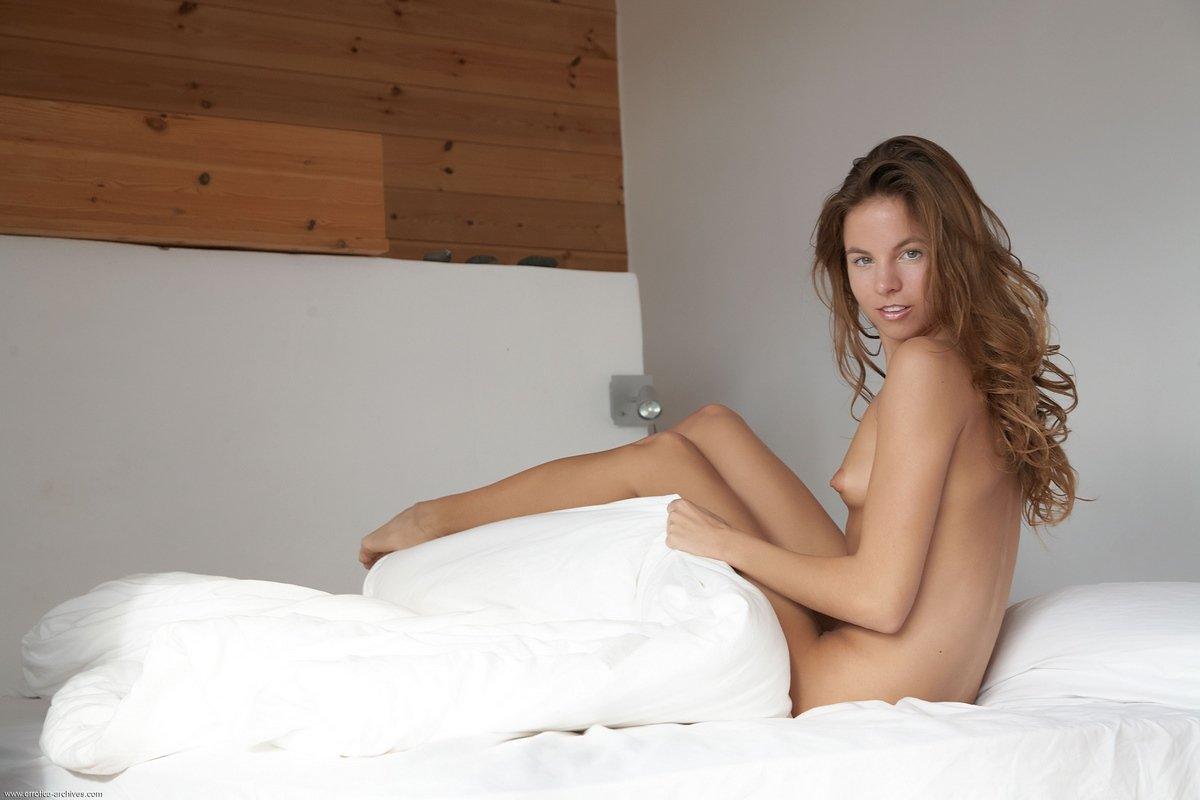 Красивая голая девушка Antea на кровати