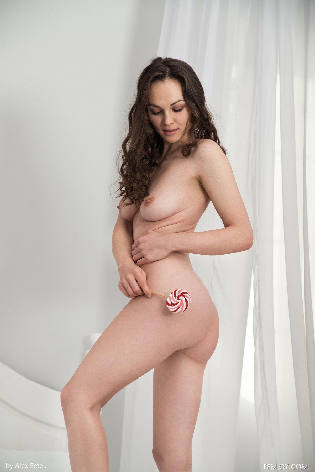 Сексуальная брюнетка с леденцом смотреть эротику