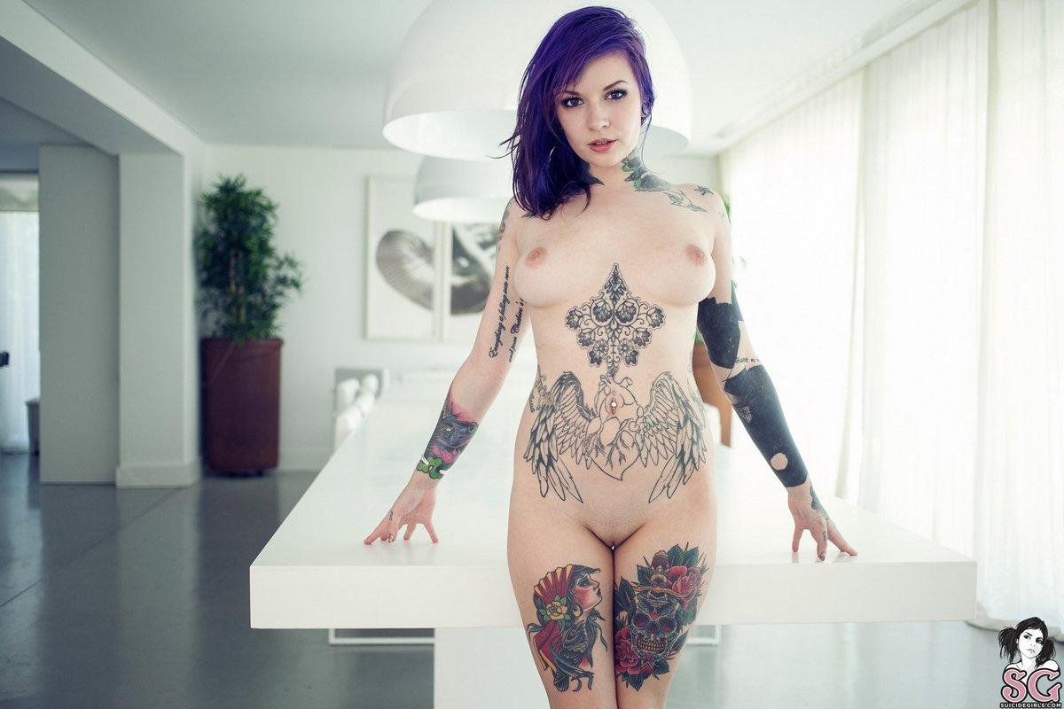 Красивое женское тело покрытое тату