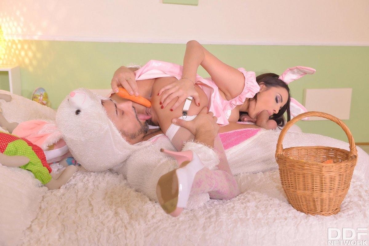 Интимные игры парочки в костюмах для ролевых игр